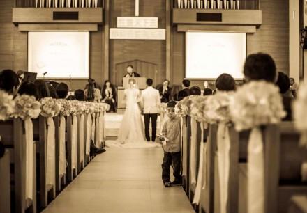 教堂婚禮進行中, 小該顯得很好奇