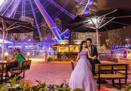 新娘穿上紫色晚裝與新郎在中環魔天輪下拍婚紗照