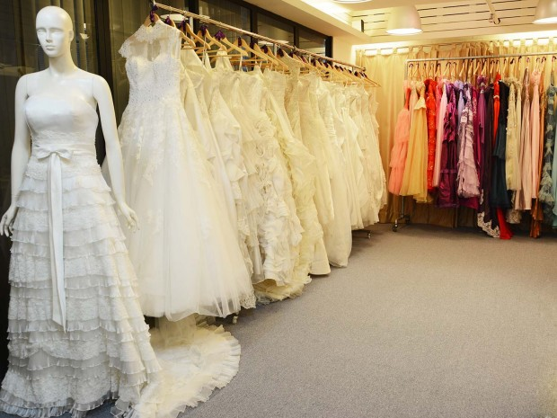 Our showroom has a wide selection of wedding gowns, evening gowns, Chinese gowns, Tuxedos, Mother-of-bride dresses and Maid-of-honour dresses for rental and sale 本婚紗店備有多款不同設計的婚紗、晚裝、中式裙褂、潮褂、新郎禮服及媽咪晚裝裙等供準新人Pre-Wedding或Big Day租借