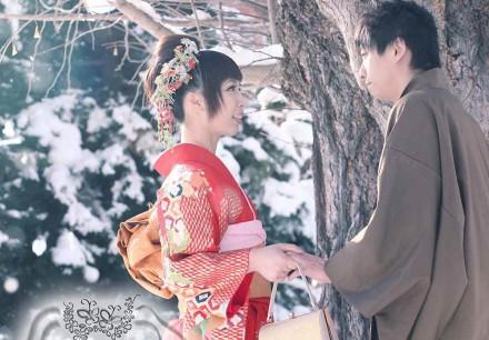 穿上傳統和服的新郎新娘在北海道雪中拍照