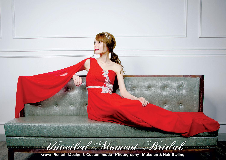 單邊肩帶, 銀色珠花, 仿石腰飾, 紅色晚裝裙 One-shoulder, draped sleeve, A-line evening dress embellished with beaded lace applique and jeweled waist belt. Colour: Red