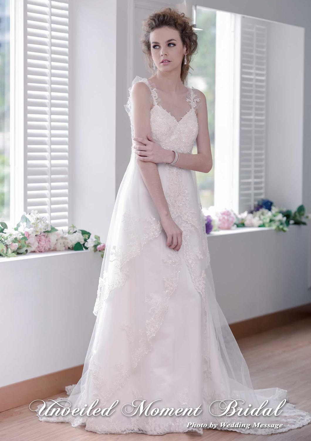 花邊吊帶, 高腰款, 蕾絲配飾小拖尾婚紗 Spaghetti straps, empire waistline wedding dress with an embellished lace court train overlay