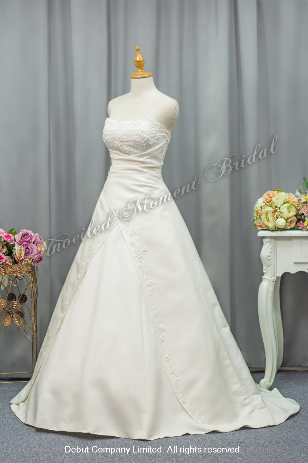 無肩帶 low-cut, A-line, 釘珠花邊, 絹料小拖尾婚紗 Strapless, empire waistline, satin wedding dress with beadings, criss-cross design overlay court train