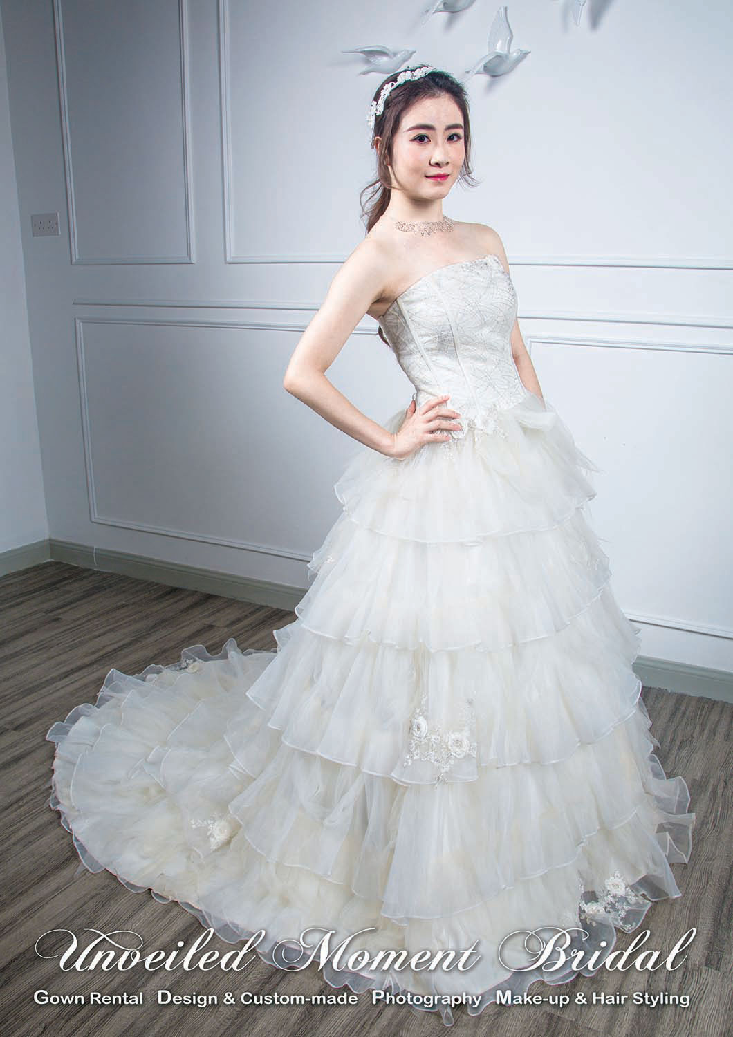 Corset-style wedding gown with layers of tulle and lightly beaded organza, and a court train 緊束上身, 多層紗配以釘珠玻璃紗, 小拖尾婚紗