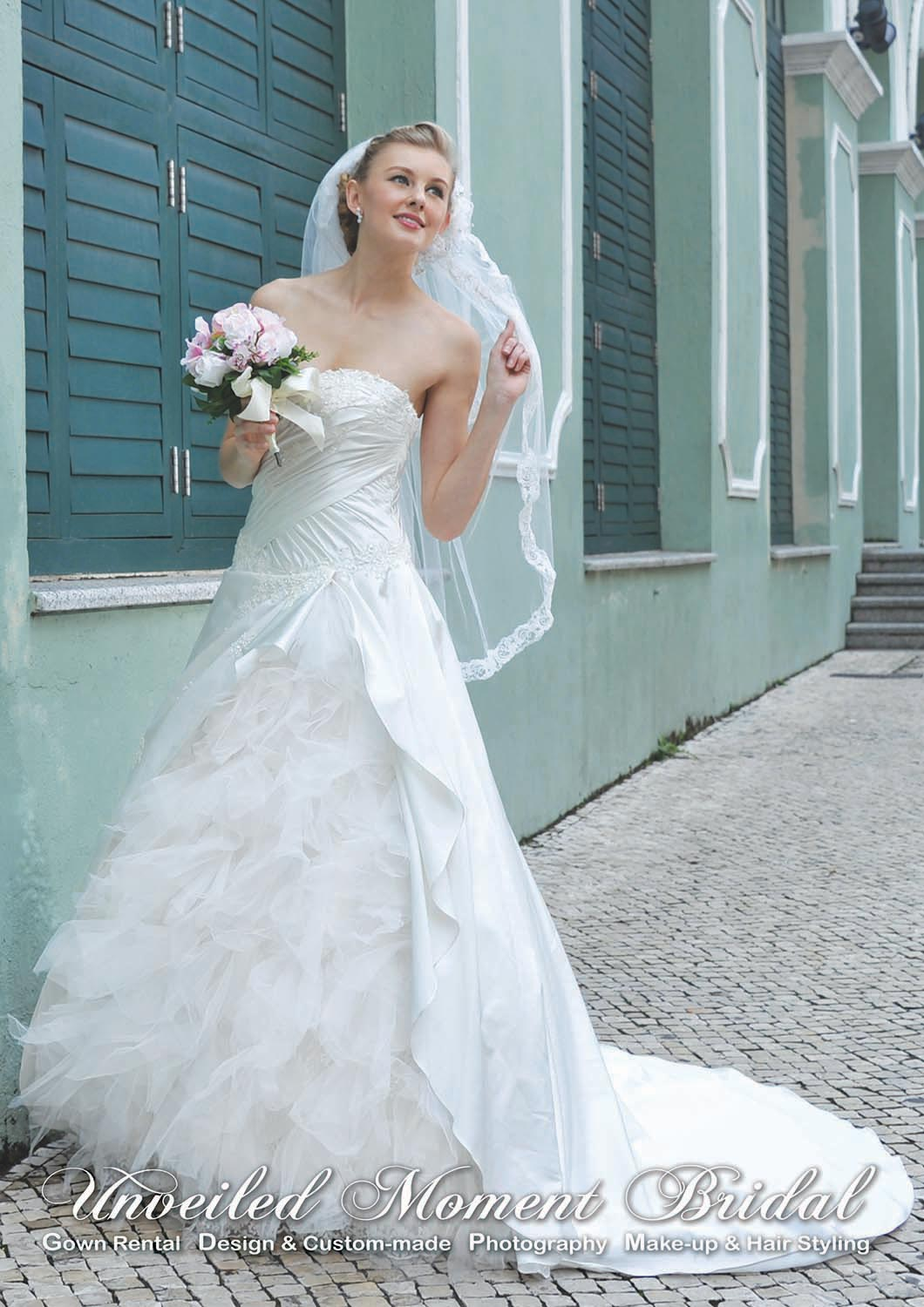 Strapless wedding gown with embellished, sweetheart ruched bodice, a multi-layer tulle inset, and a brush train 無肩肩帶low-cut, 心形胸, 多層紗裙縫拖尾婚紗