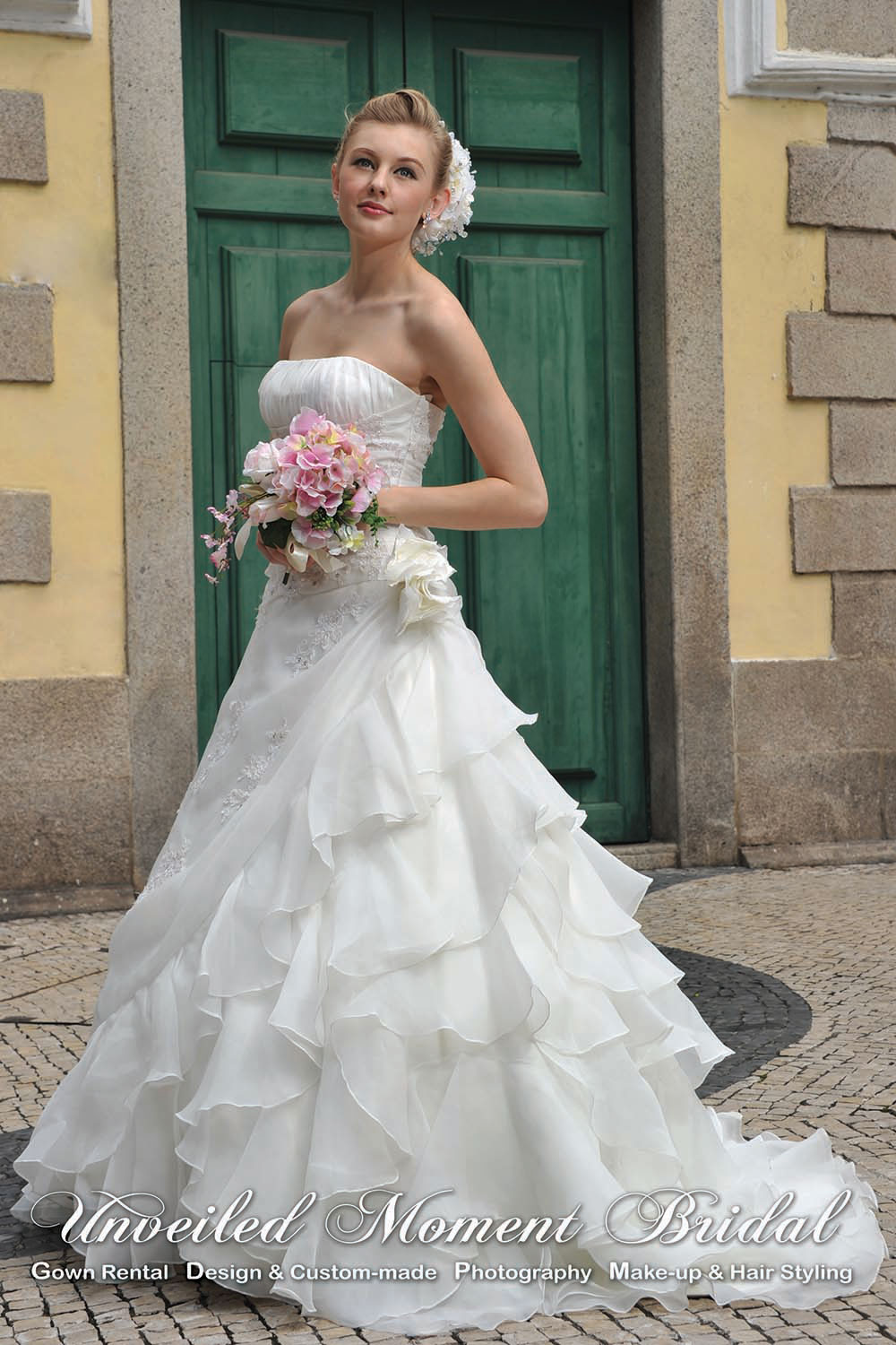 Strapless organza wedding gown with decorative lace appliques, a ruched bodice, and a ruffled brush train 無肩帶low-cut, 玻璃紗, 蕾絲上身, 荷葉邊裙擺婚紗