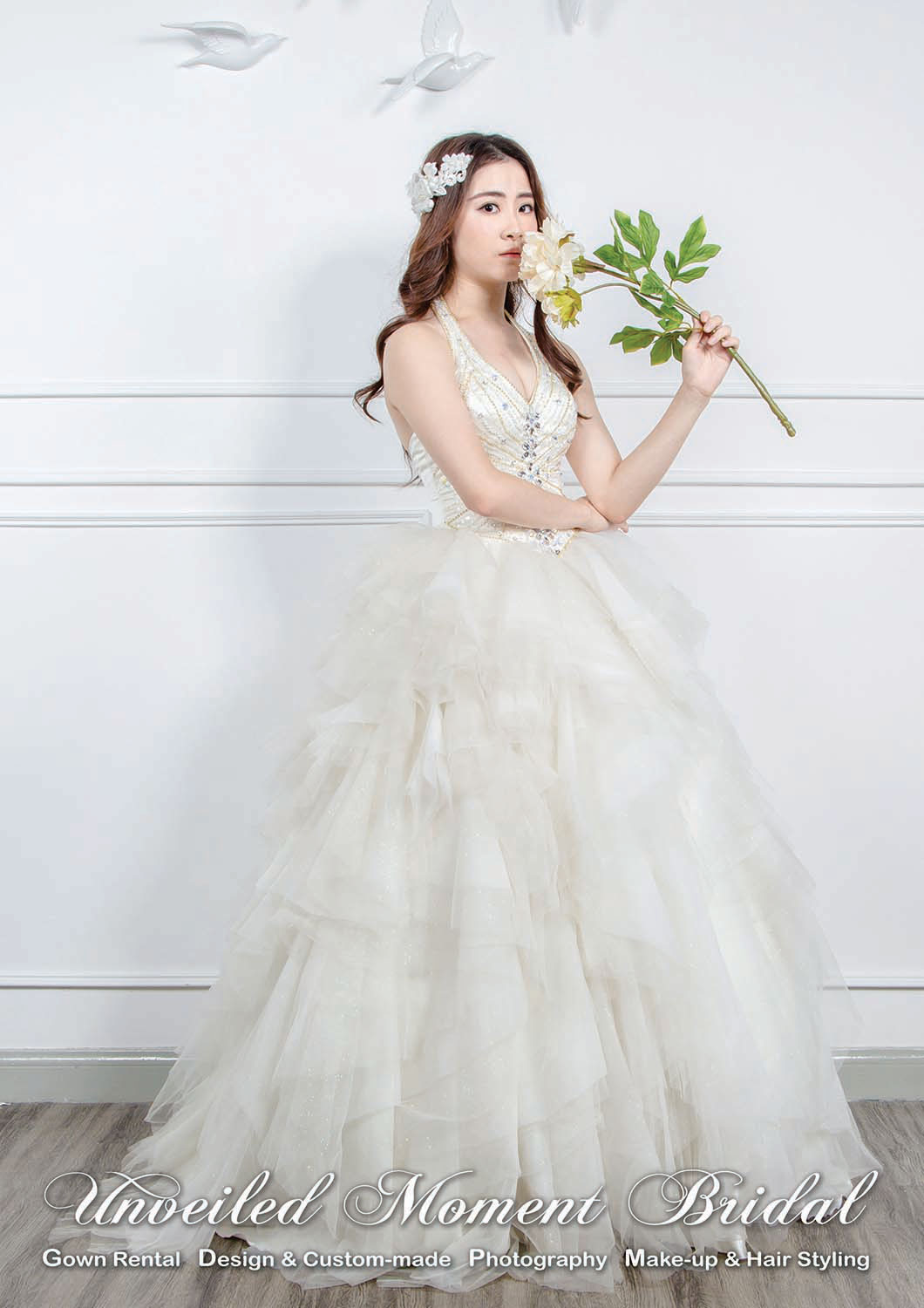Deep V halter neckline wedding gown with beaded bodice floor length ruffled skirt 掛頸肩帶, Deep-V, 釘珠, 多層紗傘裙款婚紗