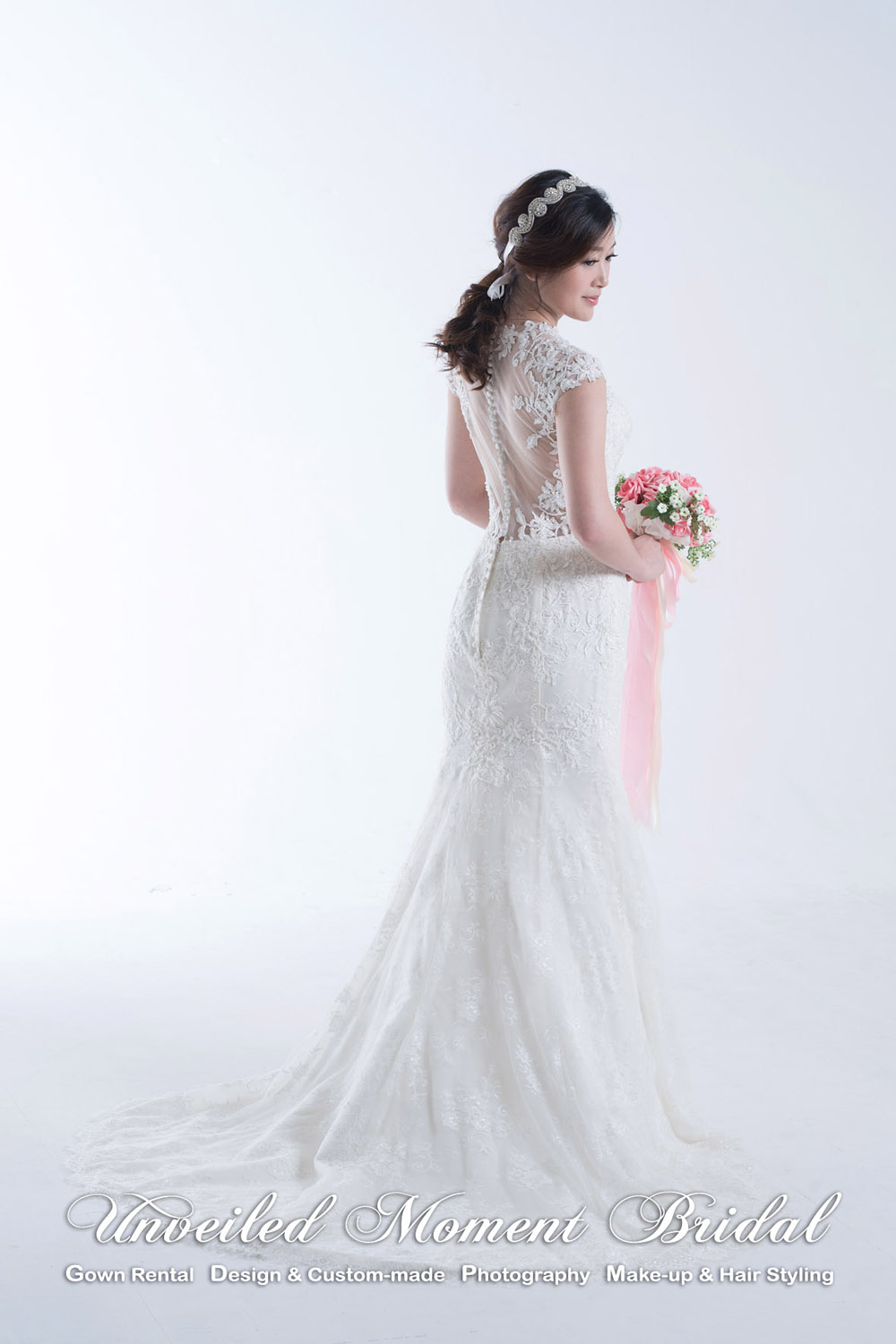 肩膊袖, 大V領口, 透視美背魚尾婚紗 Cap sleeves, deep-V neckline lace mermaid wedding dress with a see-through, shark buttons back and sweep train