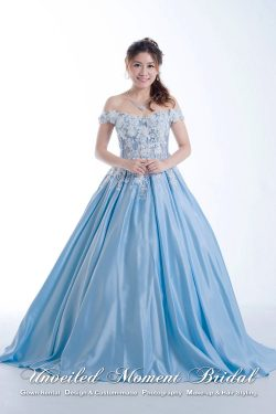 Baby Blue off-the-shoulder Evening Dress with lace applique embellishments and sweep train 粉藍色, 一字膊, 蕾絲釘珠, 齊地款晚裝