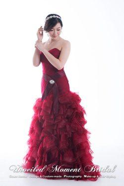 無肩帶low-cut, 多層皺褶裙擺, 喇叭款酒紅色晚裝 Strapless, trumpet-style evening gown with ruffles. Colour: Burgundy