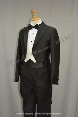 Black tuxedo matched with black cummerbund, white waistcoat and black bow tie 黑色領結, 黑色腰封, 白色馬甲, 前短後長燕尾黑色新郎禮服