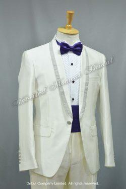 紫色領結, 紫色腰封, 銀邊披肩領, 西裝款白色新郎禮服 White suit-style tuxedo with silver trim shawl collar and silver buttons, matched with purple cummerbund and bow.