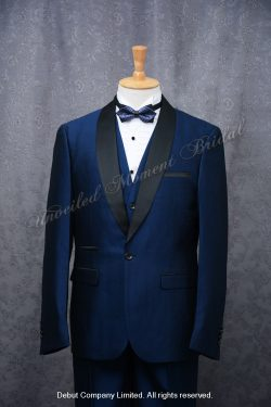 Blue suit-style tuxedo with black Trim Collar , matched with blue waistcoat and blue bow 藍色格仔領結bow tie, 藍色馬甲背心, 黑色披肩領藍色西裝款新郎禮服