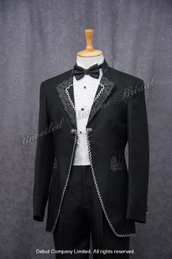Black cutaway tuxedo with a contrasting notched lapel collar matched with a jeweled wing collar shirt, a black tie, and a white cummerband 黑色領呔, 白色腰封, 黑色圓腳燕尾新郎禮服