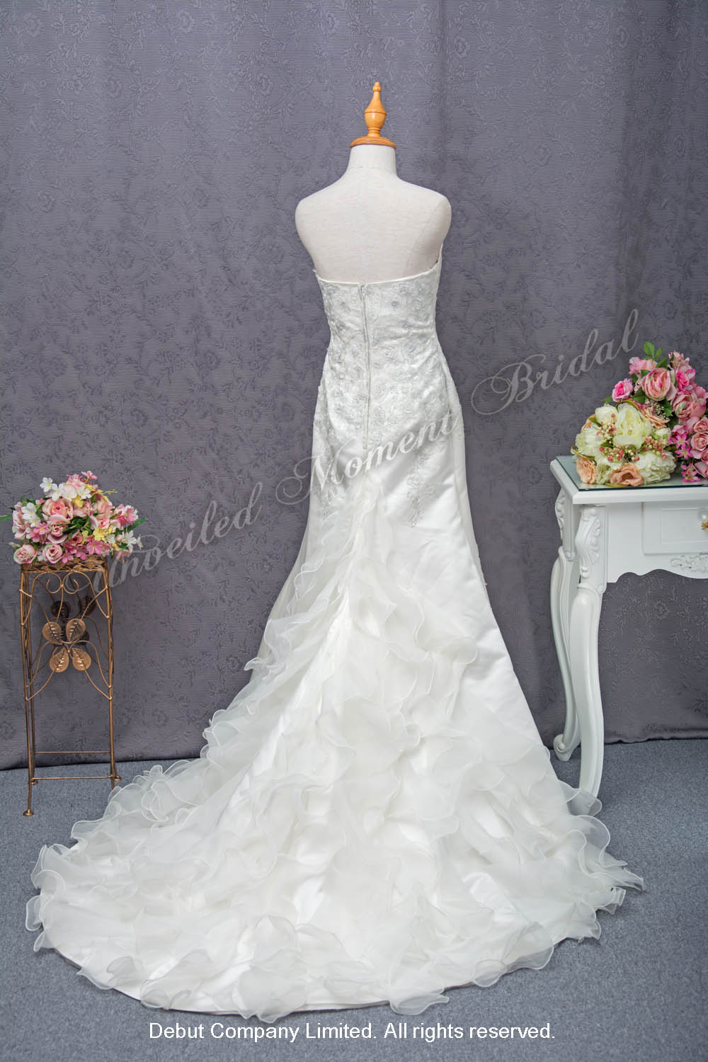 無肩帶low-cut, 蕾絲配飾, 荷葉邊拖尾婚紗 Strapless princess line bridal gown with lace appliques, and a ruffled court-train