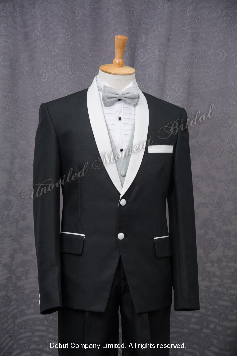 Black suit-style tuxedo with contrasting white shawl collar, pocket welts and shank buttons, matched with silver waistcoat and bow 銀色領結, 銀色馬甲, 白色披肩領鈕扣, 修身西裝款黑色新郎禮服