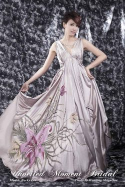 Deep-V, 褶飾上身設計, 彩繪裙擺, 紫色晚裝裙 Strapless, deep-V neckline, low V-back, evening dress, ruched bodice and waistline, and hand-painted flowers on skirt.