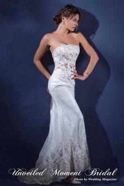 無肩帶 low-cut, 修身, 小拖尾, 蕾絲釘珠, 香檳色晚裝裙 Strapless, slim-cut, beaded lace evening dress with a sweep train.