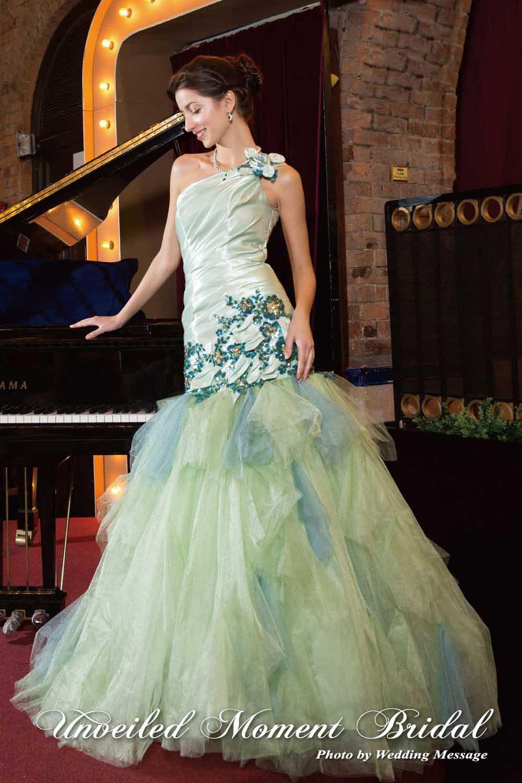 單邊肩帶, 閃片, 多層網紗裙擺, 淡蘋果綠魚尾晚裝裙 One-shoulder, mermaid evening gown with a multi-layered tulle skirt embellished with sequins.
