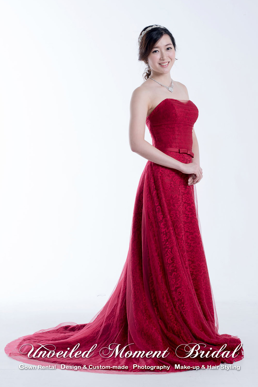 Strapless, sweetheart neckline tulle evening gown with a lace skirt underlay and a sweep train. Colour: Royal Red 無肩帶, 心形領口, 内層特色蕾絲花布, 外層薄紗, 拖尾酒紅色婚紗
