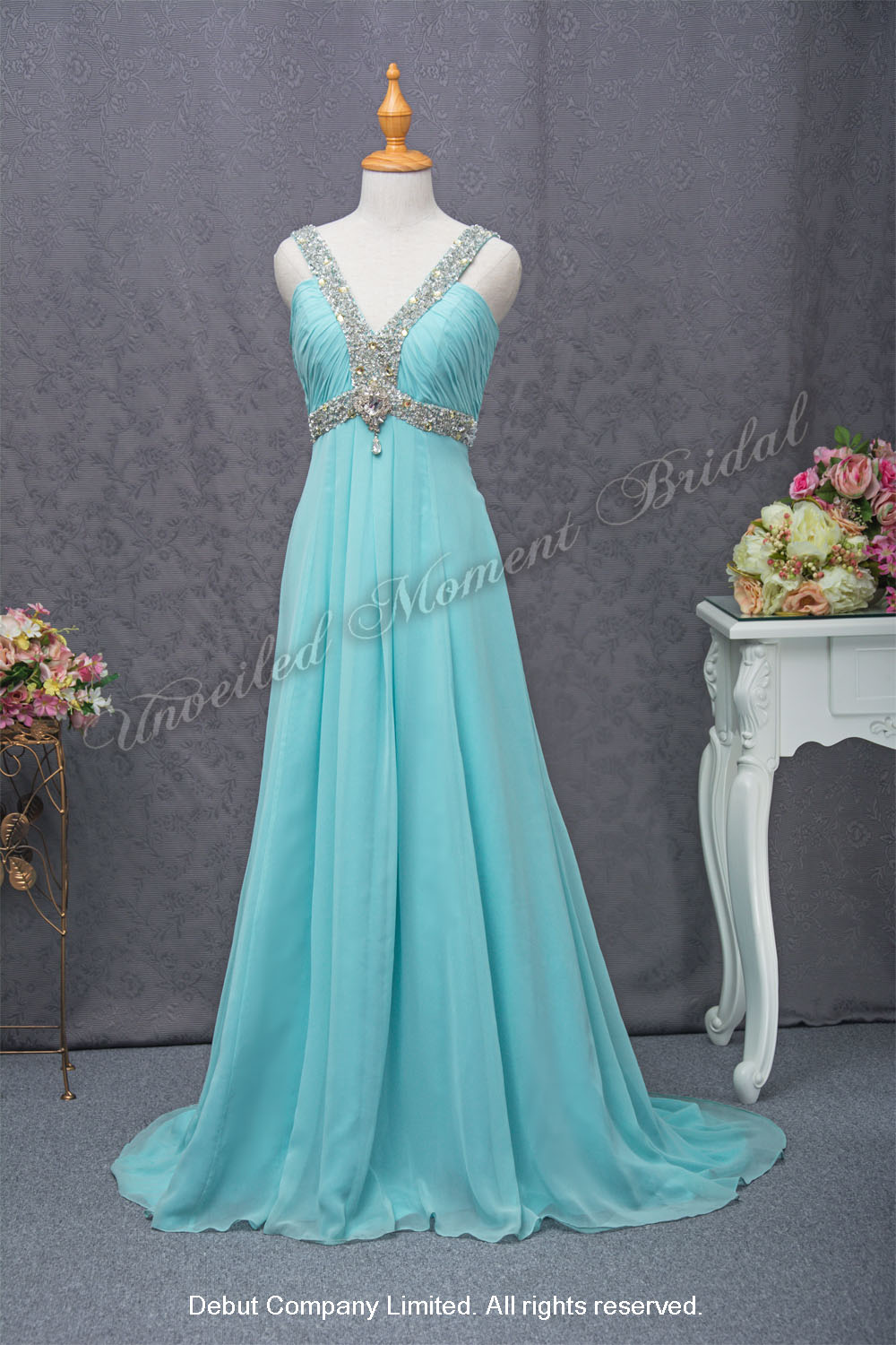 Camisole-style evening dress for maid-of-honour, with beaded deep-V neckline, empire waistline and straps, and a sweep train skirt. Colour: Turquoise Blue 高腰款, 閃片閃石釘珠腰帶吊帶, 拖尾, 湖水藍色晩宴伴娘裙