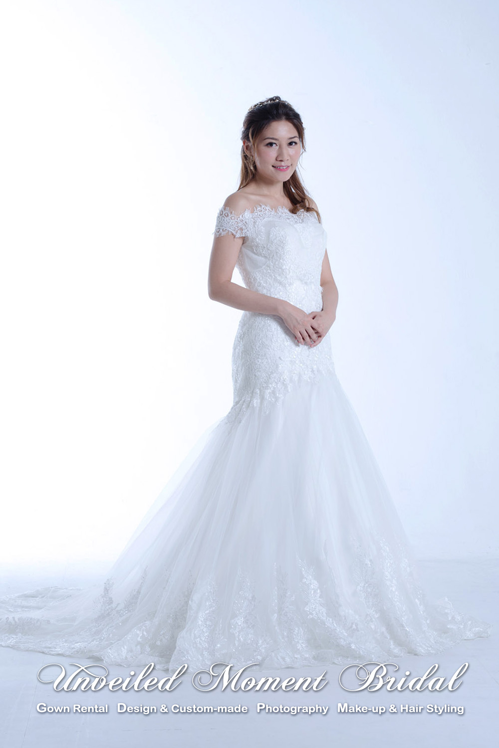 Off-the shoulder trumpet wedding dress with sweet-heart neckline, embellished with beaded lace appliques and decorative waist belt 一字膊, 心型胸, 蕾絲釘珠花邊, 喇叭款婚紗
