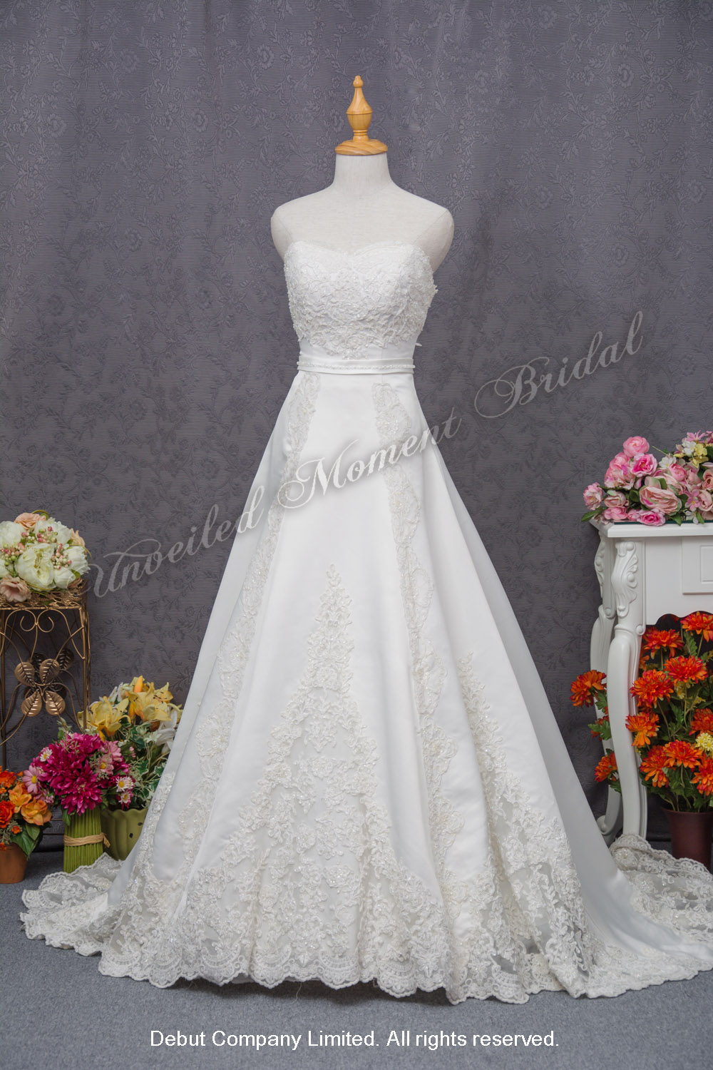 無肩帶low-cut, 心形胸, 蝴蝶結拖尾, 蕾絲花邊, A-line長拖尾婚紗 Strapless, A-line wedding gown with a sweetheart neckline, lace appliques, and an embellished lace chapel train and accentuated bow