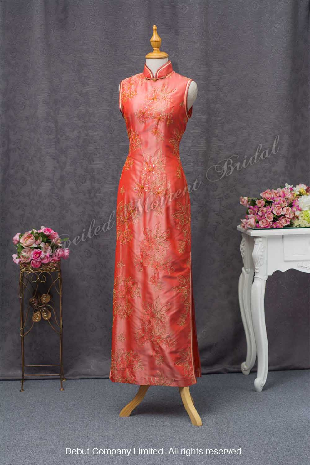 High collar, sleeveless qipao with side slits on both sides, beaded and decorative lace. Colour: Chinese red. 企領無袖繡花側叉旗袍橙紅色媽咪衫