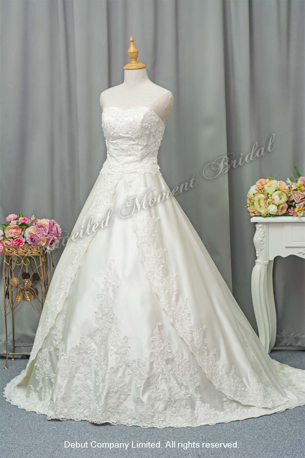 Strapless, A-line bridal gown with a sweetheart neckline, lace appliques and an embellished lace chapel train. 無肩帶low-cut, 心形領口, 蕾絲花邊, A-line長拖尾婚紗