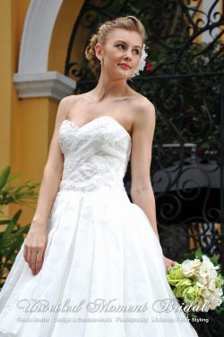 Sweet-heart neckline, strapless embellished wedding gown with asymmetrical layers of organza, and a light court train 心形胸, 玻璃紗, 蕾絲釘珠, 不對稱齊地小拖尾婚紗