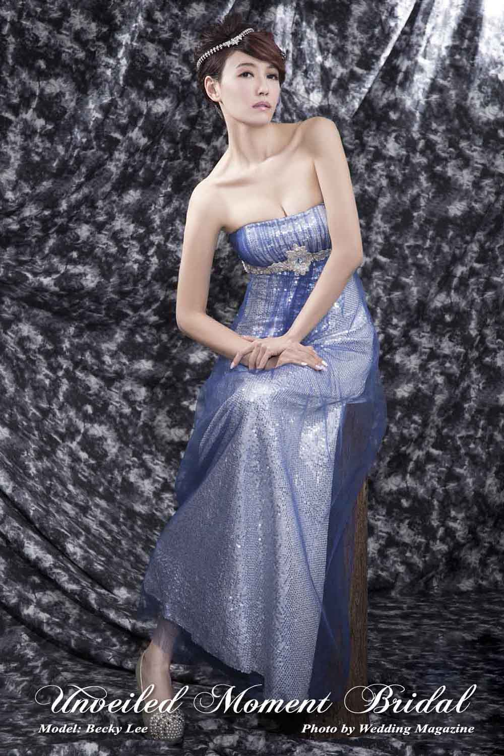 Strapless, floor-length, empire waistline sequined evening dress with a tulle overlay and an embellished waistline. Colour: Silver and Royal Blue. 無肩帶 low-cut, 高腰款, 釘珠腰飾, 藍色網紗閃片晚裝裙