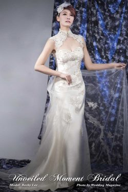 Sleeveless, high collar A-line wedding dress with decorative lace appliques, a low-cut open back, and a detachable court train. Colour: Champagne. 無袖, 蕾絲縫飾上身, 露背, 可拆式拖尾, A-line香檳色企領婚紗