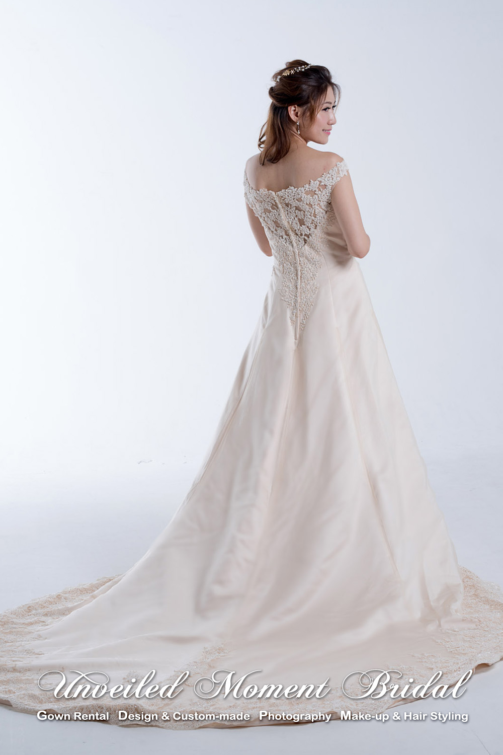 Sleeveless, scoop neckline, A-line wedding gown with beaded lace appliques and a court train. Colour: Champagne. 無袖, 圓領, 蕾絲釘珠, 拖尾, A-line香檳金色婚紗