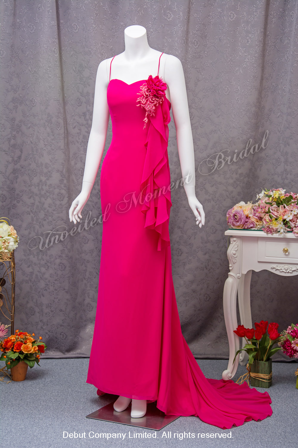 Spaghetti straps, sheath evening dress with a low-cut back and a sweep train. Detachable decorative lace piece and flower brooch can be moved around according to own-design and taste. Colour: Fuschia 吊帶, 美背, 小拖尾, 可自由配搭立體花飾及蕾絲裝飾, 桃紅色晩裝