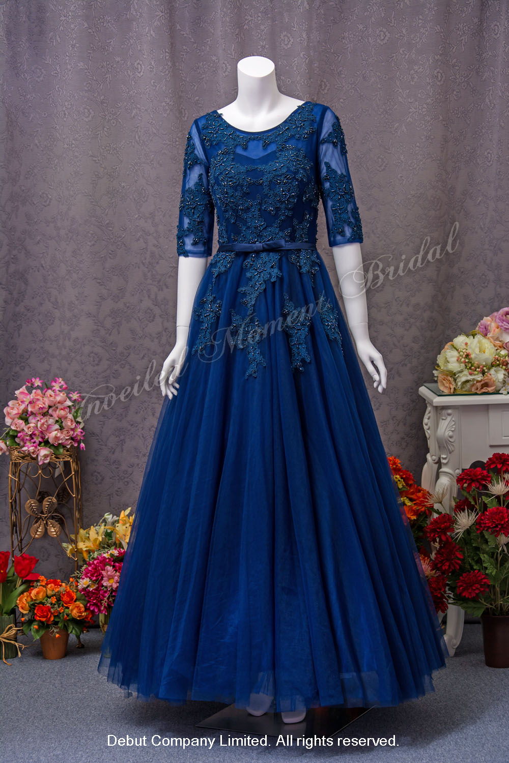 Lace applique embellishments, See-through sweetheart neckline, See-through 3/4 sleeves, A-line Evening Dress. Colour: Royal Blue. 蕾絲釘珠, 透視圓領中袖, 心形胸, 寶藍色A-line晚裝