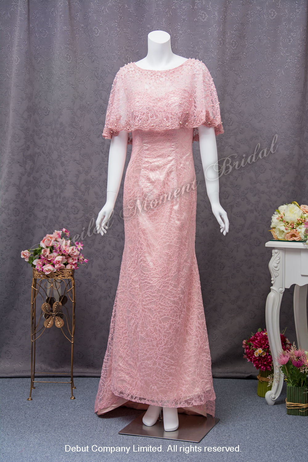 Sweetheart neckline, a lace overlay with decorative pearls, trumpet lace mother-of-bridal dress. Colour: Pink. 心形胸領口, 蕾絲仿珍珠閃石披肩, 喇叭款粉紅色媽咪奶奶晩裝裙