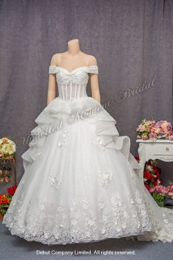 Off-the-shoulder, sweet-heart neckline, lace applique embellishments, see-through corset-style ball wedding gown with court train. 一字膊, 心形胸, 蕾絲閃石釘珠, 透視束衣修身剪裁, 長拖尾, 公主傘裙婚紗