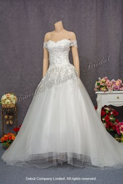 Korean Style Off-the-shoulder, sweetheart neckline tulle bridal gown with lace applique embellishments on bodice and a sweep train. 韓式, 一字膊, 心形胸, 蕾絲釘珠, 齊地款婚紗