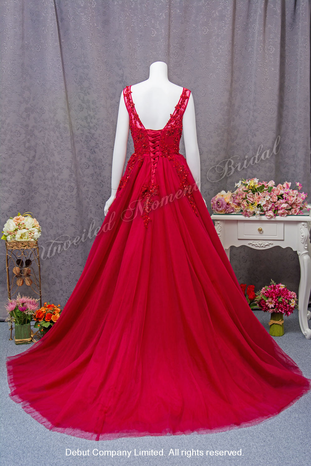 Low-back, Deep-V neckline with see-through, embellished with lace appliques A-line evening gown with court train. Colour: Burgundy. 大V領, 美背, 透視蕾絲圓領, 蕾絲閃片釘珠, A-line酒紅色晩裝裙