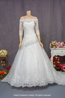 Off-the-shoulder, quarter sleeved, decorative lace bodice, A-line bridal dress with court train. Size: Extra Large (XXL). 一字膊, 中袖, 蕾絲釘珠, 蕾絲花邊拖尾, 加大碼A-line婚紗