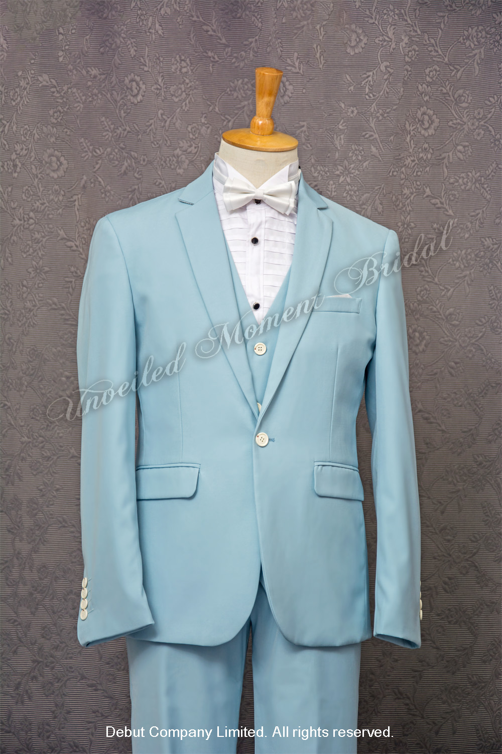 Sky blue suit-style tuxedo, matched with light blue waistcoat and white bow. 白色領結bow tie, 淺藍色馬甲背心, 天藍色西裝款新郎禮服