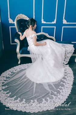 Off-the-shoulder mermaid bridal dress with lace applique embellishments and a decorative lace overlay. 一字膊, 蕾絲釘珠, 透視蕾絲長拖尾, 蕾絲花邊, 魚尾款婚紗