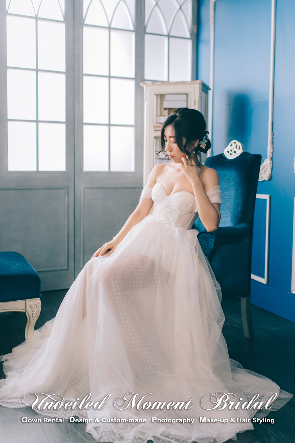 Off-the-shoulder, sweet-heart neckline, champagne carefree wedding dress with see-through skirt bottom. 一字肩, 心型胸, 透視薄紗, 短款香檳色輕婚紗
