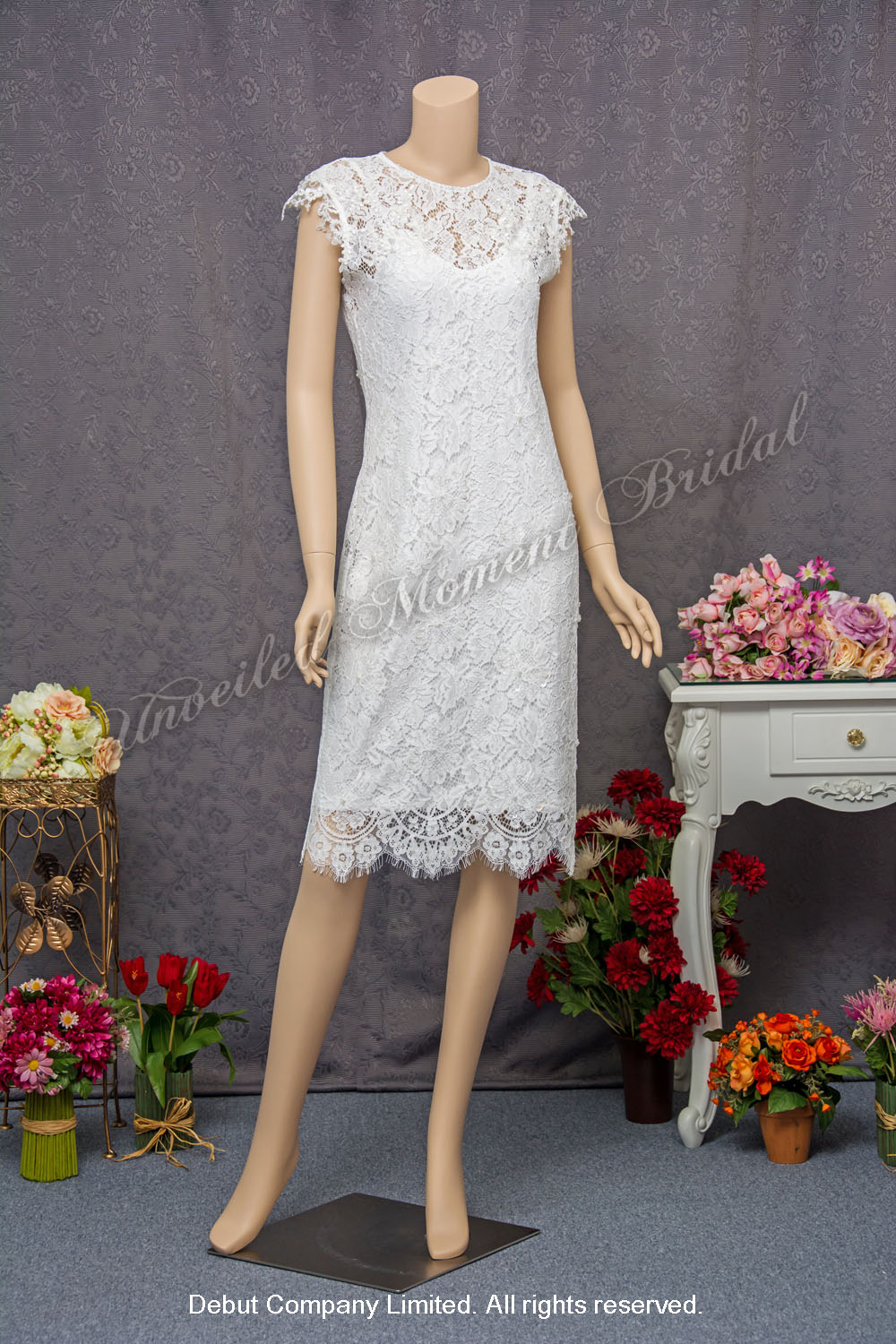 Lace applique embellishments, round neckline, calf-length, carefree wedding dress. 蕾絲釘珠, 圓領短裙輕婚紗