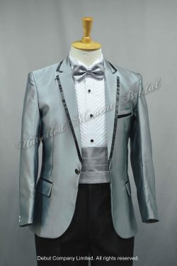 Silver gray suit matched with a silver bow tie, and a silver cummerbund. 銀色領呔, 銀色腰封, 銀灰色西裝款新郎禮服