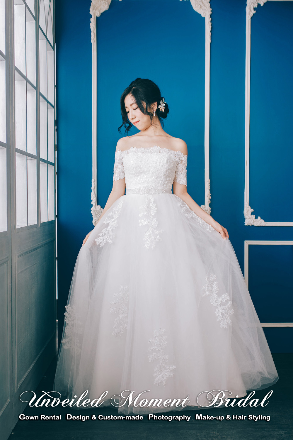 Off-the-shoulder, lightly beaded wedding dress with floor-length. 一字肩, 閃片釘珠, 齊地款公主傘裙婚紗