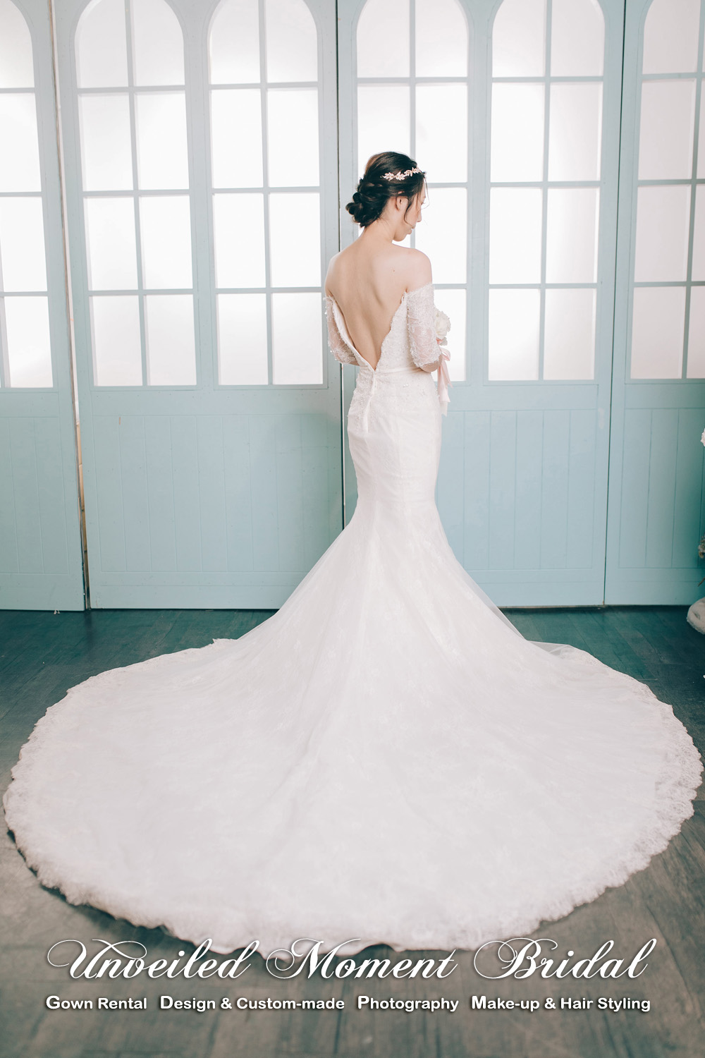 Off-the-shoulder, quarter-sleeved, deep-V neckline, V-shape low back, lace embellishment, mermaid wedding dress with a court train. 跌膊中袖, 大V領口, 大露背, 蕾絲釘珠, 美背魚尾婚紗