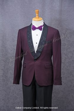 Purple suit-style tuxedo with black Trim Collar , matched with black cummerbund and purple bow. 紫色領結bow tie, 黑色腰封, 黑色暗花披肩領紫色西裝款新郎禮服