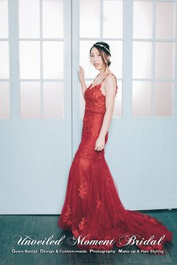 Spaghetti straps, sweetheart neckline, evening dress with see-through skirt bottom and decorated with beaded lace appliques. Colour: Royal Red. 吊帶, 心形胸, 短裙加蕾絲釘珠透視拖尾紅色晩裝