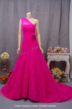 One shoulder, trumpet tulle evening gown with a ruched bodice, lace skirt underlay and a court train. Detachable feather flower brooch. Colour: Fuschia. 單膊, 喇叭剪裁, 褶疊設計, 立體花蕾絲内層加薄紗裙擺拖尾, 可拆花飾胸針, 桃紅色晩裝